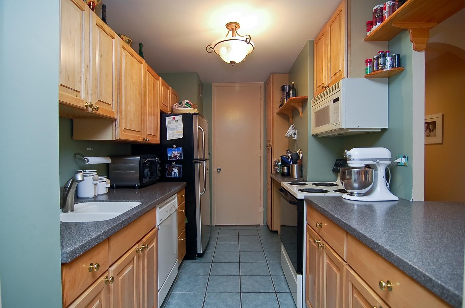 Hd 1497289693379 04 2626nlakeview unit301 5 kitchen hires