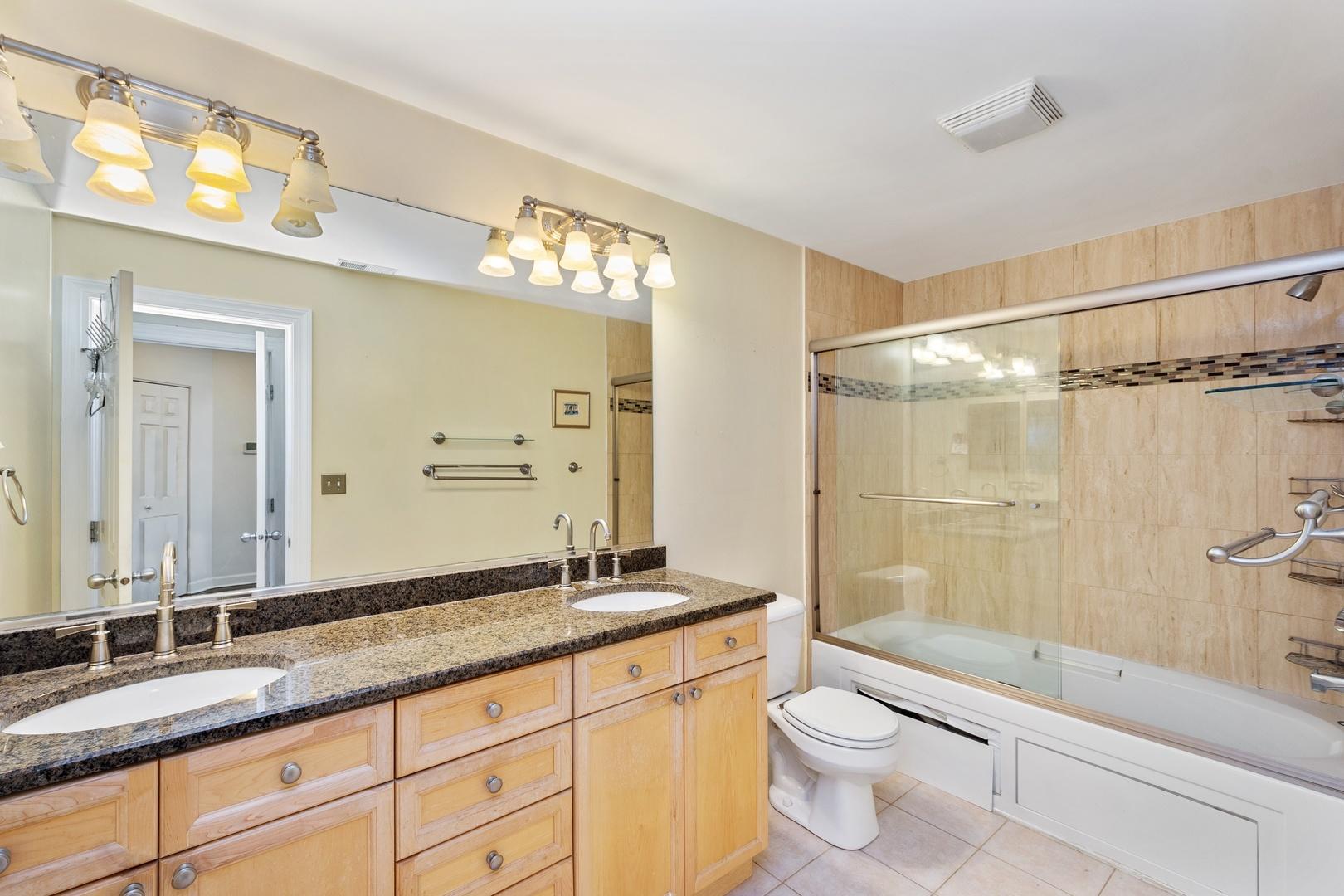 Hd 1569420595233 07 2733nlincolnf 13 masterbathroom hires