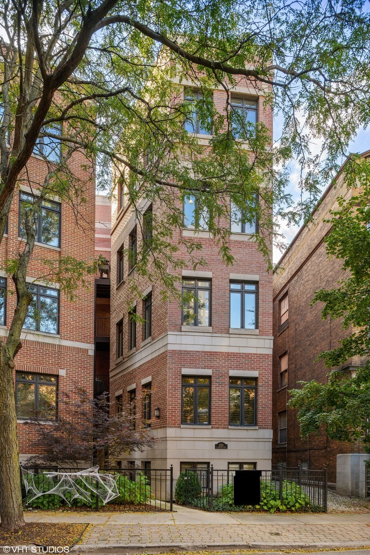 Updated and sunny 2B/2B penthouse with private roof deck on quiet street in East Lincoln Park! Featu