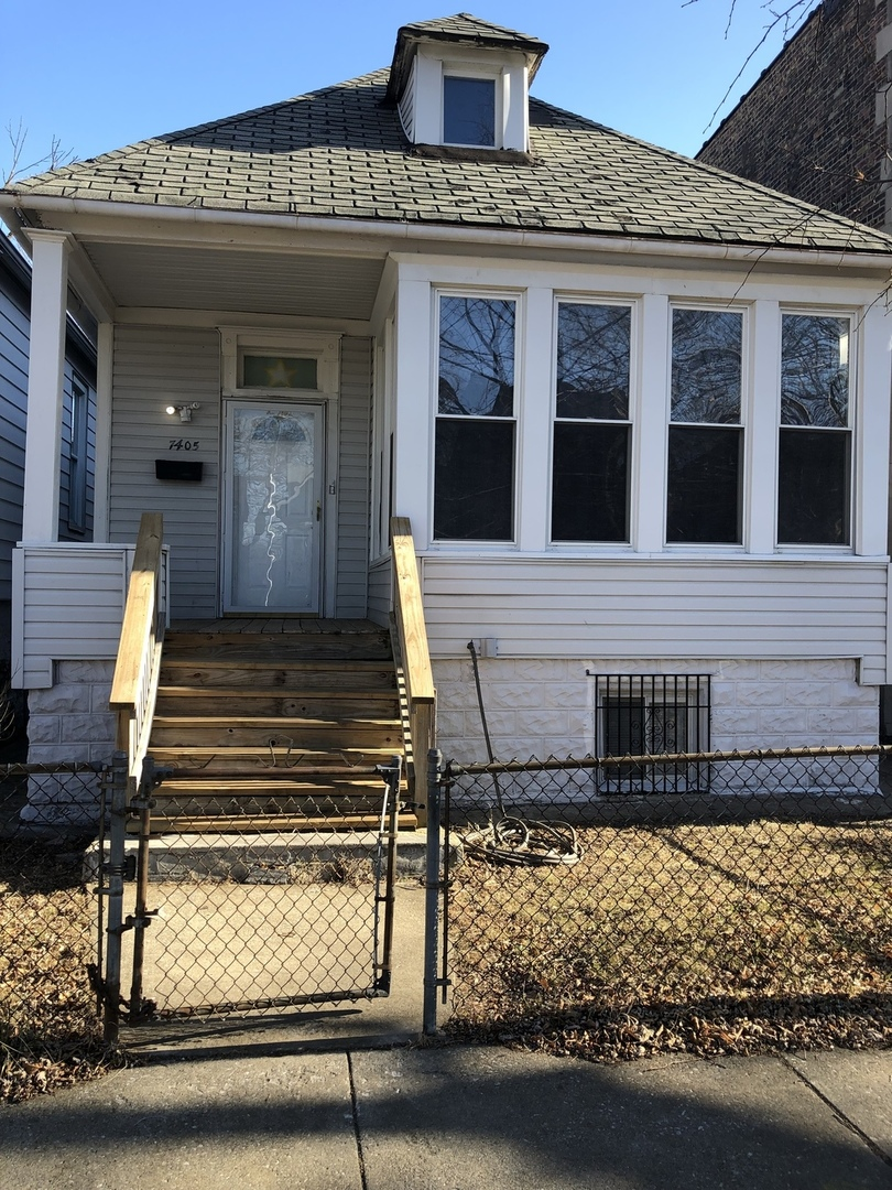 NEWLY REHABBED 3 BEDROOMS/1 BATHROOM HOUSE***NEW FLOORS, NEW BATHROOM AND KITCHEN****FAMILY ROOM IN