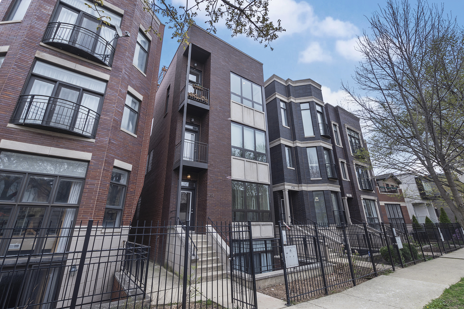Located just steps from the 606 Trail, this gorgeous 2-bed, 2-bath west Bucktown home boasts luxurio