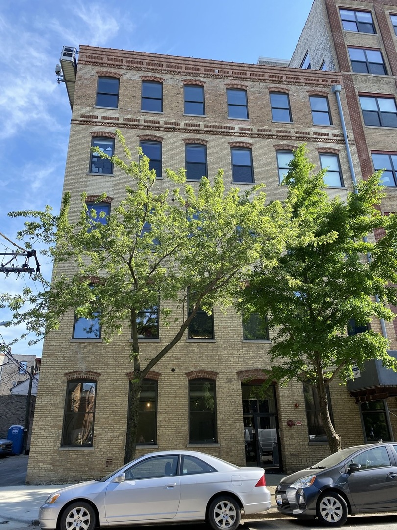 Classic Chicago loft space ideally located between West Town and the West Loop!  Flexible and expans