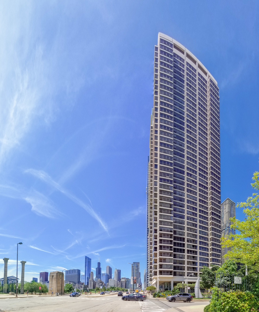 GORGEOUS MILLENNIUM PARK FACING UNIT, 2 BED/2 BATH W/ BREATHTAKING UNOBSTRUCTED SOUTHERN EXPOSURES O
